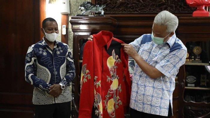Bawa Batik Bermotif Cenderawasih, Rektor Uncen Undang Ganjar Hadiri Pembukaan PON XX Papua