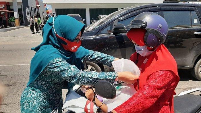 Datangi Sejumlah Titik Padat di Berau, TP PKK Bagikan 1000 Masker ke Masyarakat