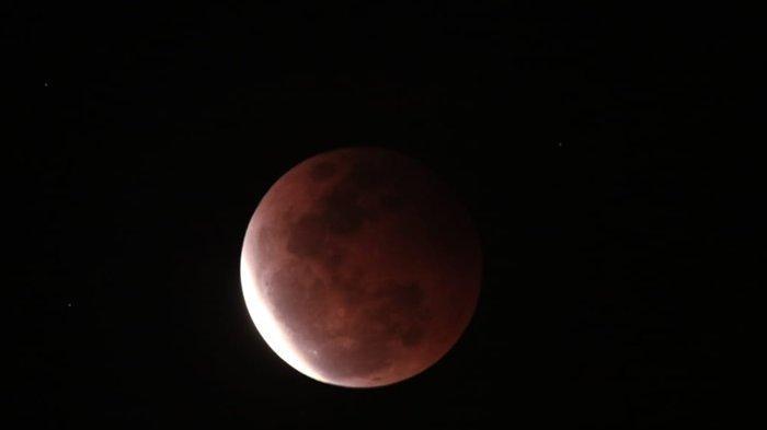 Masyarakat Antusias, Super Blood Moon Terlihat Jelas di Masjid Islamic Center Samarinda