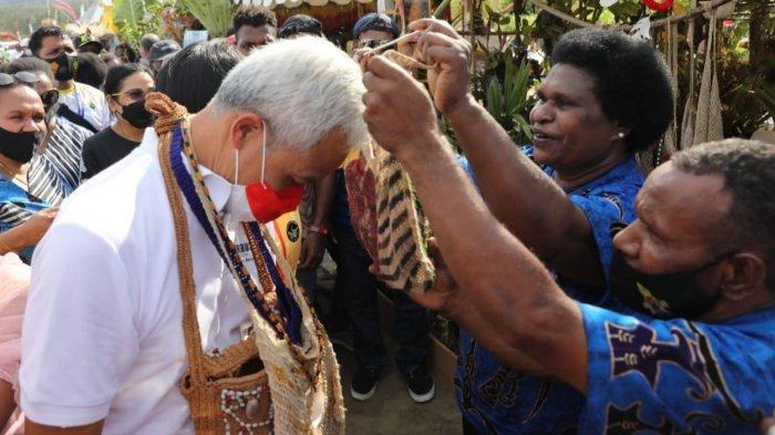 Kunjungi Pameran Anggrek di Papua, Ganjar Pranowo Dikalungi Noken Aneka Jenis dan Warna