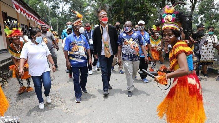 Jadi Ketua Umum Indonesiapersada.id, Ganjar Kunjungi Radio Lokal Papua