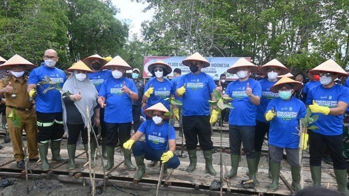 Tanam 21.000 Mangrove di Pondong Baru, Gubernur Kaltim Ingatkan Pentingnya Menjaga Lingkungan