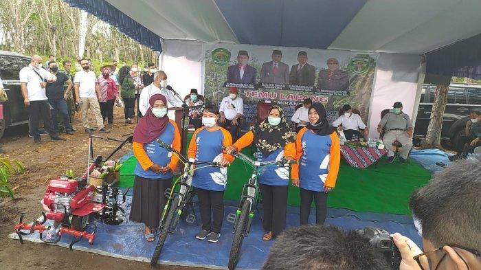 Isran Noor Beri Bantuan Peralatan Pertanian dan Sepeda Senilai Rp 600 Juta buat Poktan di Kubar