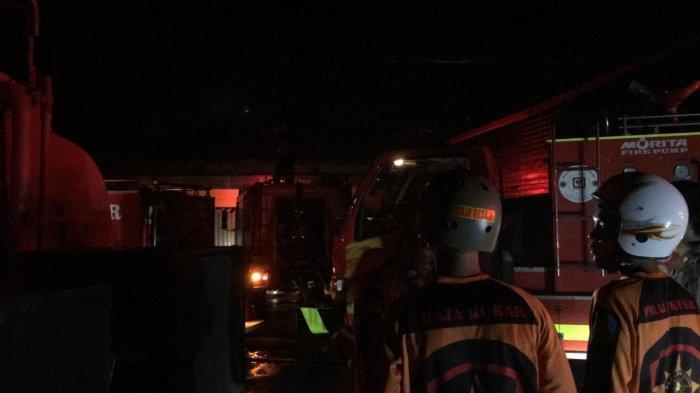 BREAKING NEWS Si Jago Merah Mengamuk di Gunung Menyapa Timbau Kukar, 4 Mobil Damkar Diterjunkan