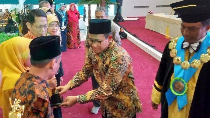 Puluhan Tahun Guru Agama Ini Jalankan Profesi Hanya Andalkan Kedua Kakinya, Kini Sabet Penghargaan
