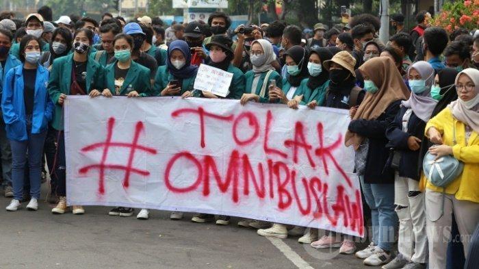 Sejumlah mahasiswa yang tergabung dalam Badan Eksekutif Mahasiswa Seluruh Indonesia (BEM SI) kembali menggelar aksi unjuk rasa menolak Omnibus Law UU Cipta Kerja di kawasan Patung Kuda, Jakarta Pusat, Jumat (16/10/2020). Hanya ditemui Staf Khusus Presiden, BEM SI akan kembali menggelar demo tolak UU Cipta Kerja dengan mengusung aksi #MosiTidakPercaya