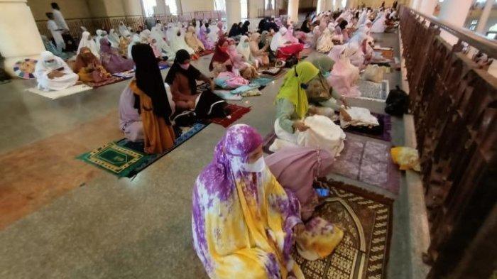 Sholat Idul Fitri di Masjid Baitul Izzah Kota Tarakan Kalimantan Utara berlangsung tertib dan menerapkan prokes ketat, (TRIBUNKALTIM.CO, ANDI PAUSIAH)