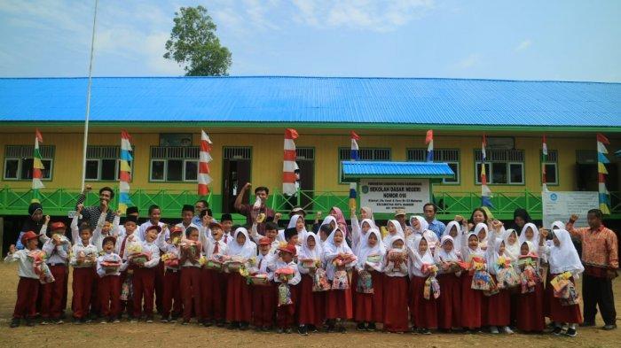 Demi Senam Pagi Puluhan Muridnya, Guru SDN 016 Tenggarong Desa Muhuran Cari Solar