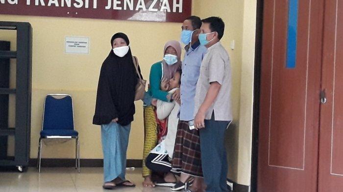 Tangis Pilu Istri Sopir Taksi Online Korban Begal Saat Jasad Suami Diautopsi, Ternyata Hamil 2 Bulan