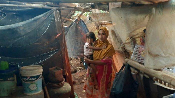 VIRAL KISAH Janda 3 Anak dan 1 Cucu Bertahun-tahun Tinggal di Gubuk Reyot di Samping Makam Suami