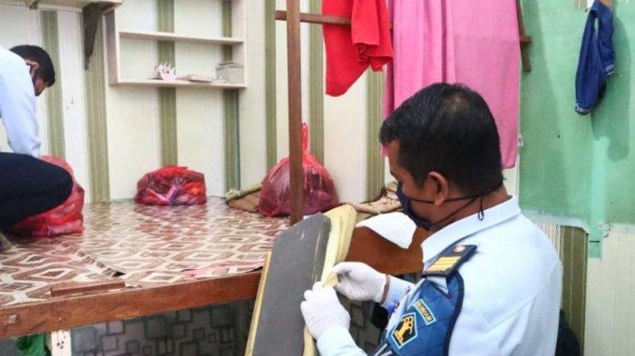 Petugas Kesatuan Pengaman Rutan (KPR) Kelas IIB Tanjung Redeb saat melakukan razia wisma warga binaan. TRIBUNKALTIM.CO, IKBAL NURKARIM