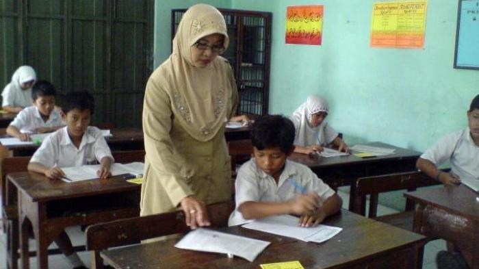 Miris, 7 Kisah Guru di Tanah Air, Ada yang Digaji Rp 75 Ribu/Bulan Hingga Tinggal di Bekas Toilet