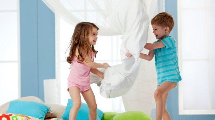 Kakak Beradik Tak Selamanya Akur, Begini Cara Orangtua Mendamaikan Anak yang Berkelahi