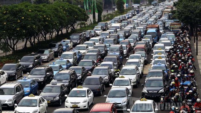 Ditinggal Mudik Penghuninya, Lihat Foto-foto Kocak Aktivitas Warga di Jalanan Jakarta yang Sepi
