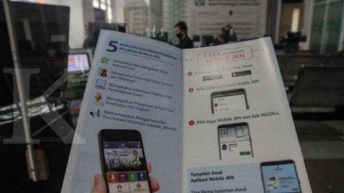 Ilustrasi membaca panduan menggunakan Aplikasi JKN. Cara Pindah Faskes BPJS Kesehatan secara Online, Pakai Aplikasi Mobile JKN.