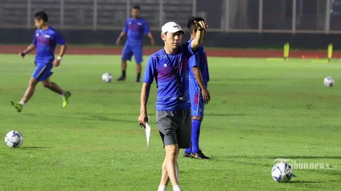 Pelatih Timnas Indonesia, Shin Tae-yong saat memimpin latihan di Stadion Madya, Senayan, Jakarta Pusat, Senin (17/2/2020).