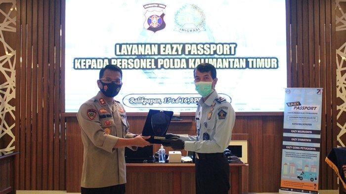 Imigrasi Balikpapan memberikan layanan Eazy Passport bagi anggota polisi di Mapolda Kaltim pada 15-16 April 2021.