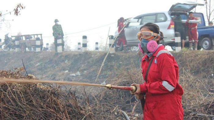 Intan, Gadis Relawan yang Berjibaku Padamkan Api di Hutan Gambut