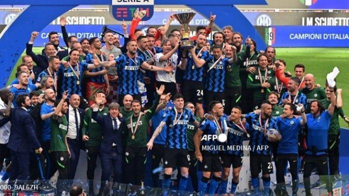 Pemain Inter Milan merayakan gelar juara Serie A 2020 - 2021 setelah laga Liga Italia terakhir, Inter Milan vs Udinese, 23 Mei 2021 di stadion San Siro di Milan.