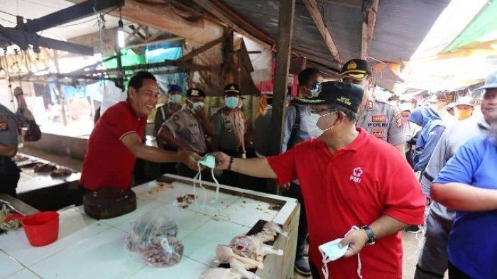 ODP di Kutai Timur Jadi 89 Orang, Bupati Ismunandar Bagi-bagi Masker Gratis untuk Warga