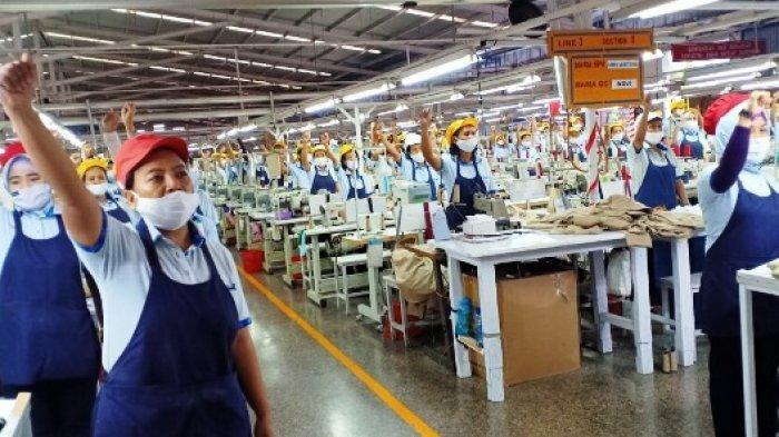 SAPA KARYAWAN  - Gubernur Isran Noor menyapa ribuan karyawan Sritex saat melihat produksi kain berkualitas ekspor yang segera dipasarkan ke Eropa, Amerika, Timur Tengah dan sejumlah negara di Asia.