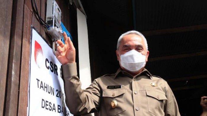 BELUM BERLISTRIK - Gubernur Kaltim H Isran Noor di salah satu rumah warga dan saat melakukan pencanangan secara resmi 50. ribu sambungan listrik rumah tangga (LRT) di Dusun Tani Bahagia.