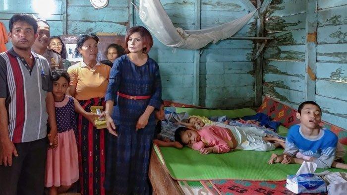 Istri Bupati Dairi Berurai Air Mata Saat Sambangi Petani Miskin yang Punya 4 Anak Idap Lumpuh Layuh