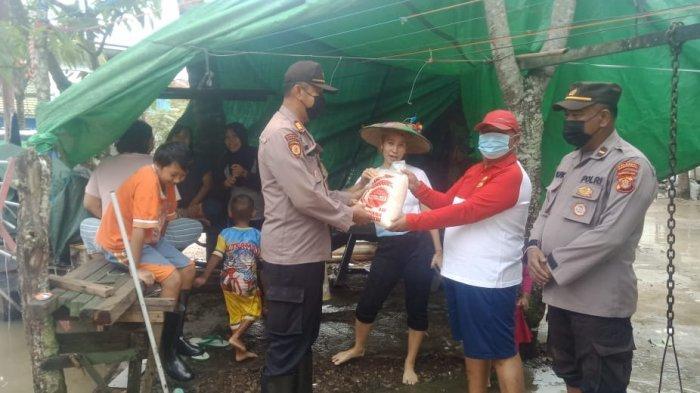 Peduli Warga Terdampak Banjir, Polsek Samarinda Seberang Beri Bantuan Sembako