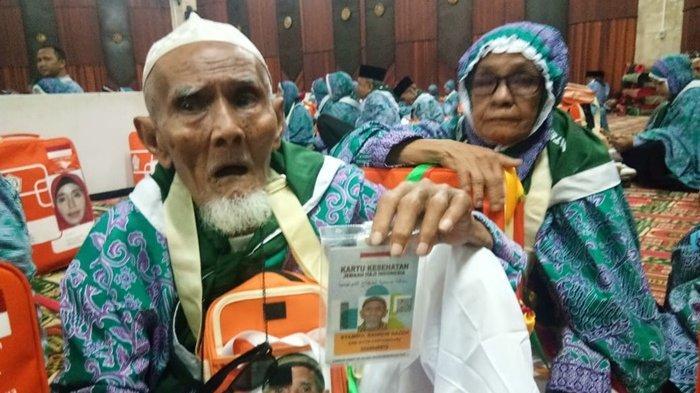 Lansia yang Sering Mandikan Jenazah Ini Akhirnya Bisa Berangkat Haji dengan Pasangannya
