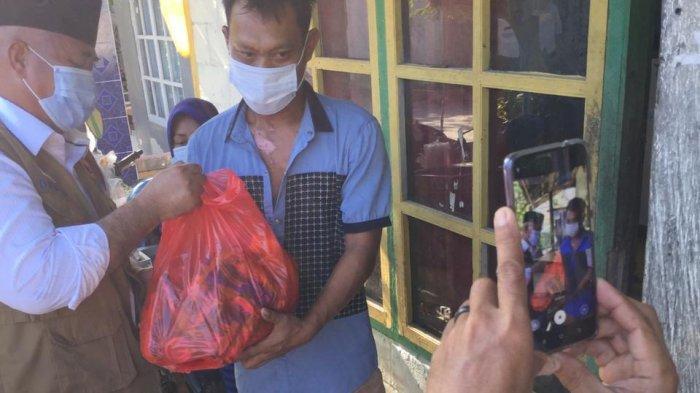 Bupati Kukar Edi Damansyah Bagikan 1.800 Sembako di 8 Kelurahan Daerah Muara Jawa
