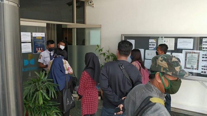 Hari Terakhir Operasional Jelang Libur Lebaran Idul Fitri, Bankaltimtara Samarinda Diserbu Nasabah