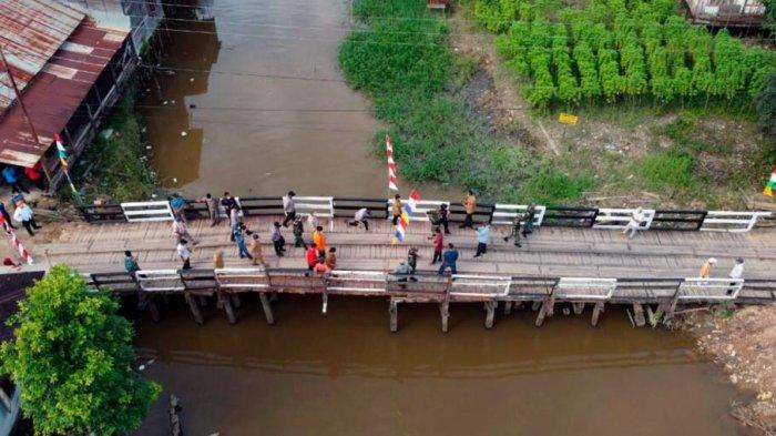 Sempat Terputus, Jembatan Kayu di Sebulu Ilir Kukar Sudah Bisa Dilewati, Bupati Edi Damansyah Tinjau