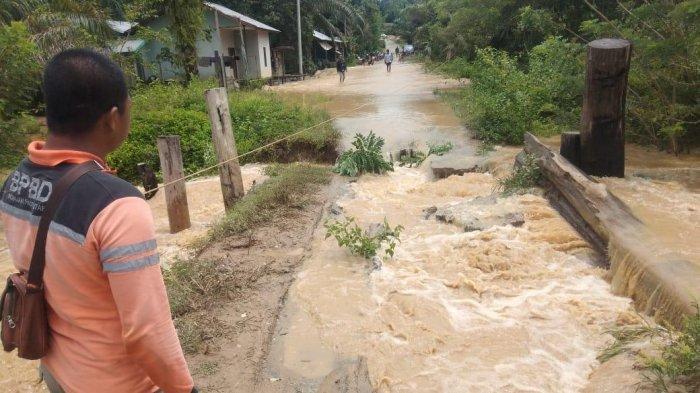 Satu Jembatan Kayu di Kelurahan Riko Terputus Akibat Banjir, Kini Tak bisa Dilalui Kendaraan