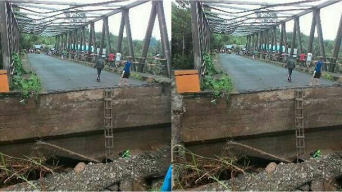 FOTO - Banjir Mulai Surut, Koramil Ikut Bantu Buat Jembatan Sementara Penghubung Kalsel-Kaltim