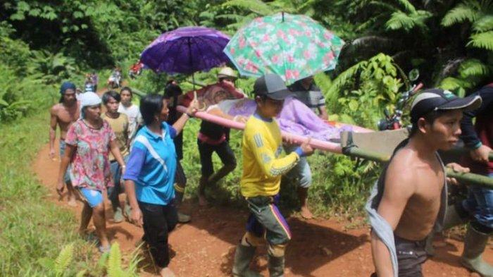 Miris, Seorang Ibu Ditandu Sejauh 9 Km ke Rumah Sakit karena Tak Ada Ambulans