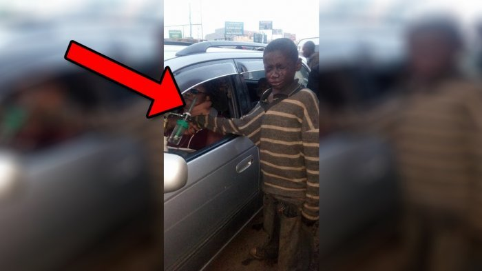 Pengemis Anak Ini Kaget saat Lihat Wanita di dalam Mobil, Tak Disangka Apa yang Dilakukannya