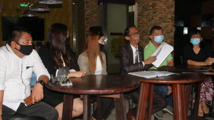 Johny Wong (kaos hijau) didampingi kuasa hukum melakukan press conference dengan awak media, Senin (28/9/2020). (Tribunkaltim/Dwi Ardianto)