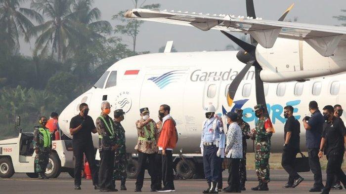 Gubernur Ganjar Pranowo saat menyambut Presiden Jokowi yang baru saja turun dari pesawat.