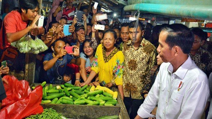 Jokowi Keliling Pasar Hongkong Singkawang, Warga Rebutan Ingin Salaman