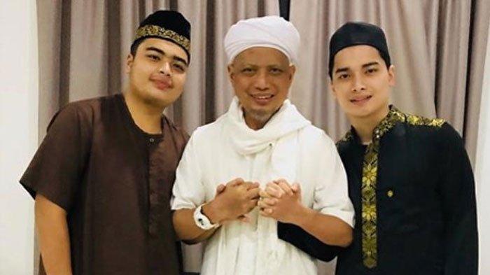 Alvin Faiz Terkejut Saat Kenakan Jubah Merah Ustaz Arifin Ilham,  'Seketika Hatiku Bergetar Terharu'