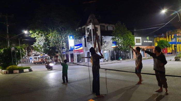 Hati-hati! Ada Kabel Menjuntai di Jalan Niaga Timur Samarinda, Warga Pasang Tanda Waspada