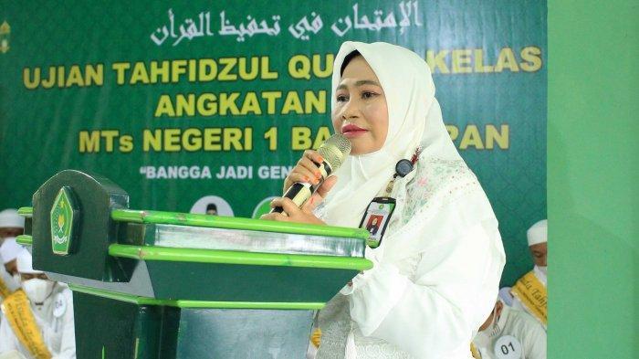 Kepala MTs Negeri 1 Balikpapan Roihanun memberikan sambutan pada acara ujian tahfidz angkatan 2 tahun 2021.