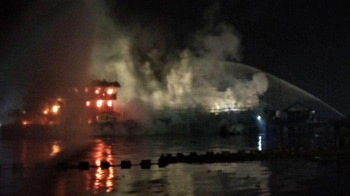 Detik-detik Kapal Srikandi yang Tengah Bongkar BBM Terbakar, Lihat Videonya