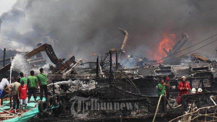 Api dan Asap Masih Terlihat di Lokasi Insiden Kapal Terbakar Pelabuhan Benoa