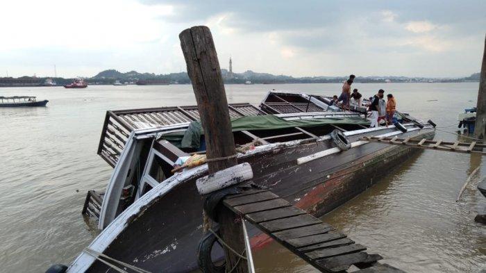 Kapal Wisata Pesut Etam Karam saat Tambat di Dermaga, Diduga Bocor di Bagian Lambung Belakang