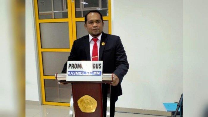 PERTAHANKAN DISERTASI - Plt BupatiKutai Timur Kasmidi Bulang dinyatakan lulus saat mempertahankan disertasi doktornya berjudul