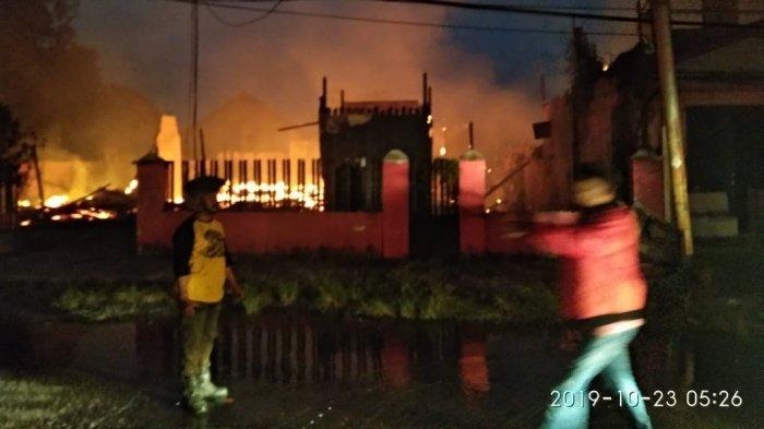 BREAKING NEWS - Dini Hari,  5 Rumah di Dua Lokasi di Balikpapan Hangus Terbakar
