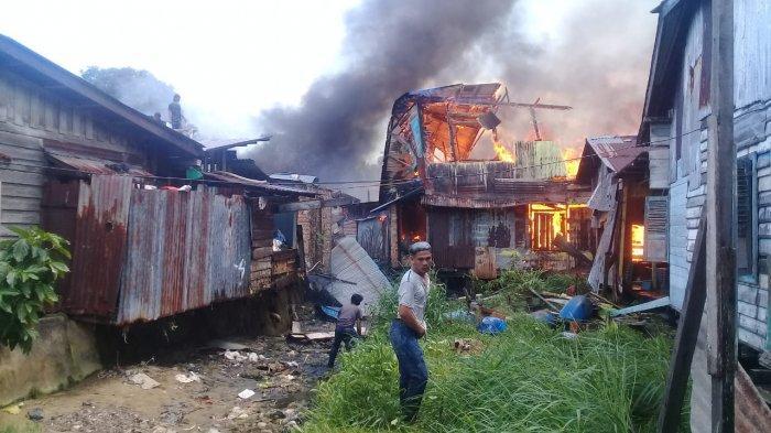 Damkar Sulit ke Dalam Pasar Lingkas Baru Tarakan, Warga Pakai Alat Seadanya Padamkan Api