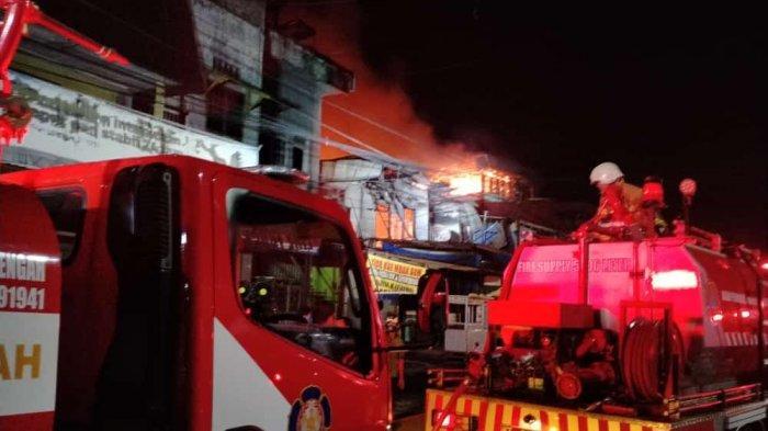 BREAKING NEWS Dini Hari Jago Merah Beraksi di Balikpapan, Lahap Pertokoan Warga di Prapatan
