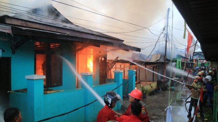 Jelang Senja 8 Rumah Hangus Terbakar, 2 Warga Pingsan Akibat Shock